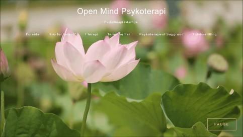 En fredfyldt hjemmeside med animerede lotusblomster der blæser i vinden på forsiden. Flot webdesign og også fint SEO.